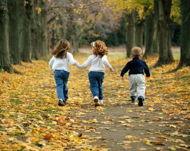 tres peques de espaldas Desarrollo Personal: El Futuro Está Detrás