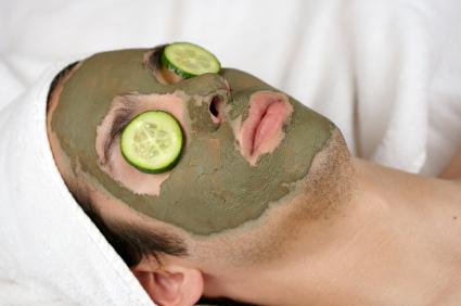 hombre con mascarilla vegetal GTD: Olvida las Prioridades
