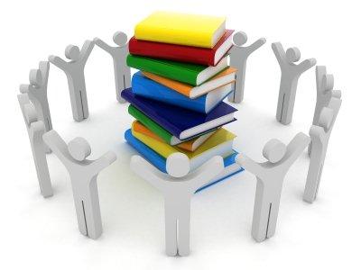 pila de libros y personas alrededor 10 Rasgos del Aprendizaje 2.0