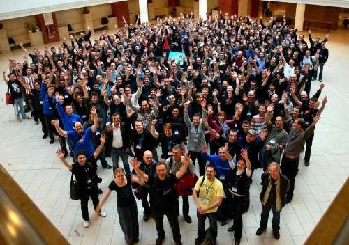 grupo de personas celebrando Comunicación 2.0: Son los Valores, no la Tecnología
