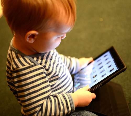 niño con tablet El Incierto Futuro de IT en las Organizaciones
