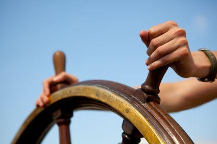 manos sobre timon GTD: Tu Productividad Personal necesita Control y Perspectiva
