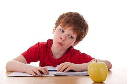 joven-estudiante-y-manzana